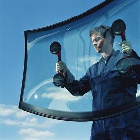menjava vetrobranskega stekla, mehanik menja avtosteklo