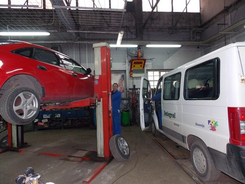 Vulkanizerske storitve v PE Kočevje rdeč avto